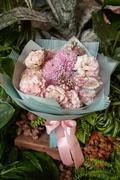 Букет из Розового Лизиантуса и Хризантемы в Матовой пленке - planeta.florist