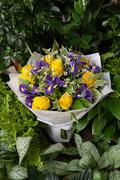 Букет из Желтой Розы и Синих Ирисов в Цветном Крафте - planeta.florist