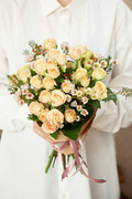 Букет из Кустовых Кремовых Роз и Белого Шамелауциума в Крафте Саратов