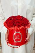 Красные Розы 15 шт в Красной Шляпной коробке Саратов