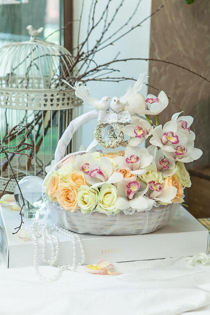 Корзина из Белой Орхидеи и Розы купить с доставкой по Саратову
