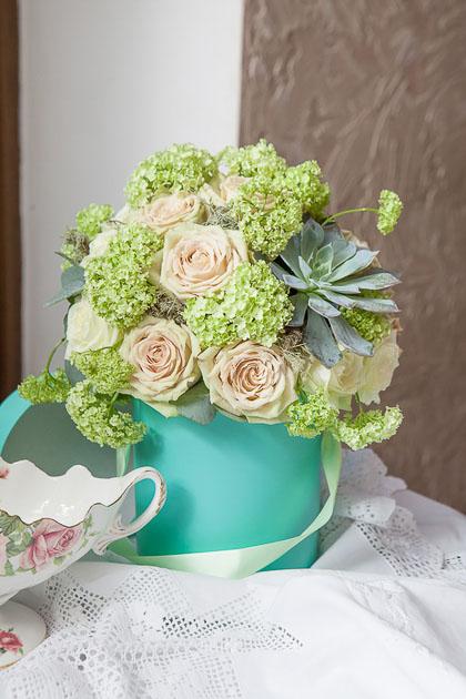 Роза, Вибурнум и Эхиверия в Шляпной Коробке купить с доставкой по Саратову