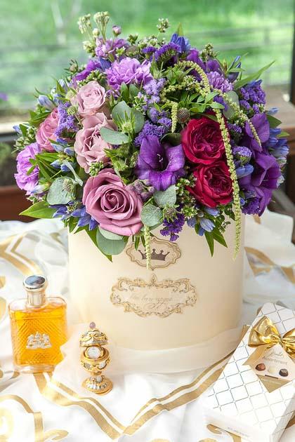 Сиреневая Роза, Гвоздика и Эвкалипт в Шляпной коробке купить с доставкой по Саратову