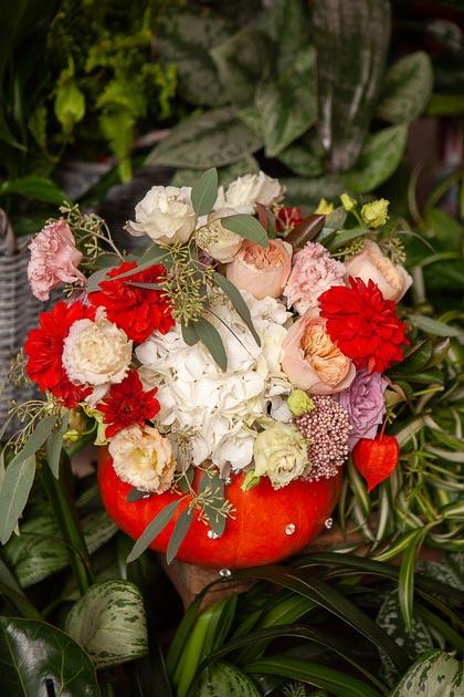 Композиция в тыкве из Роз, Лизиантусов и Гортензии купить с доставкой по Саратову