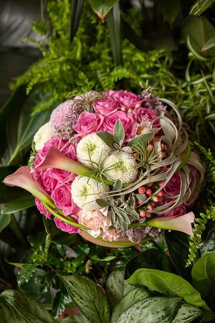 Розовые Розы, Хризантемы и Каллы в Шляпной коробке купить с доставкой по Саратову