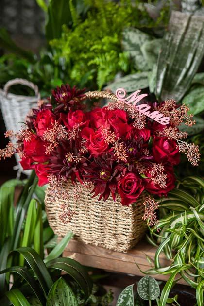 Корзина из Красных Роз, Гергин и Эвкалипта купить с доставкой по Саратову