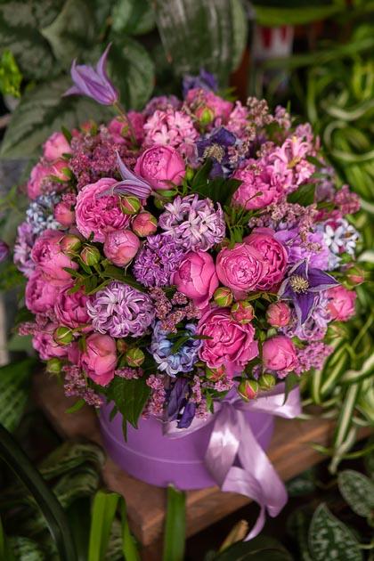 Кустовые Розы, Гиацинты и Клематис в Шляпной Коробке купить с доставкой по Саратову