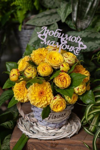 Желтые Кустовые Розы и Георгины в плетеном Кашпо Чашка купить с доставкой по Саратову