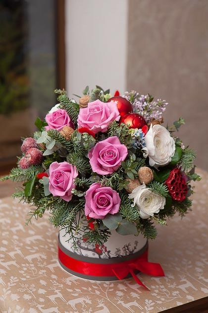 Розовая Роза в Коробке с Ранункулюсами, Живой Хвоей и Декором купить с доставкой по Саратову