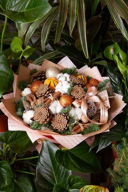 Новогодний букет из Хвои, Апельсинов, Шишек и Корицы в Цветном Крафте купить с доставкой по Саратову