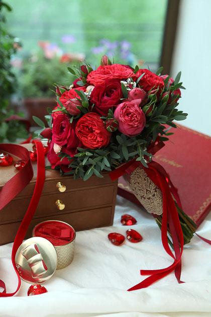 Букет Невесты из Красной розы и Эвкалипта