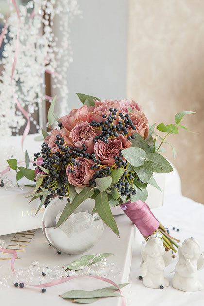 Букет Невесты из Розы, Эвкалипта и Ягод Вибурна