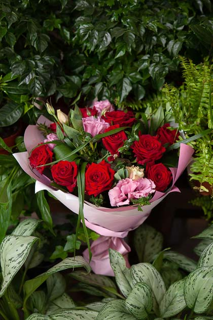 Букет из Красной розы и Розового Лизиантуса в Цветном Крафте