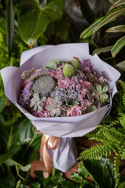 Букет из Сиреневой Розы, Гвоздики Блэк Молли и Лотоса - planeta.florist