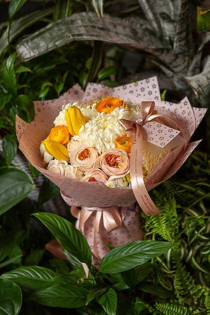 Букет из Пионовидной Розы, Желтых Тюльпанов и Хризантемы - planeta.florist