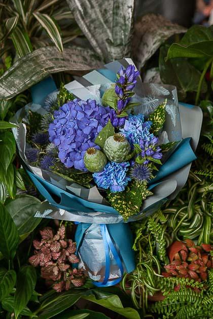 Букет из Синей Гортензии, Гвоздики и Гентианы - planeta.florist