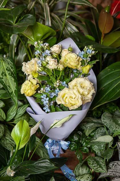 Букет из Лизиантуса, Кустовой Розы и Оксипеталума - planeta.florist