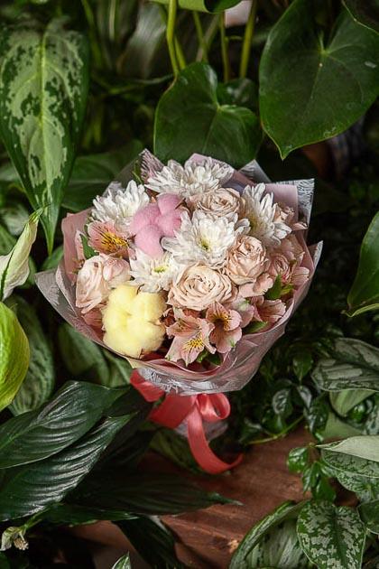 Букет из Розовой кустовой Розы, цветного Хлопка и Хризантемы - planeta.florist