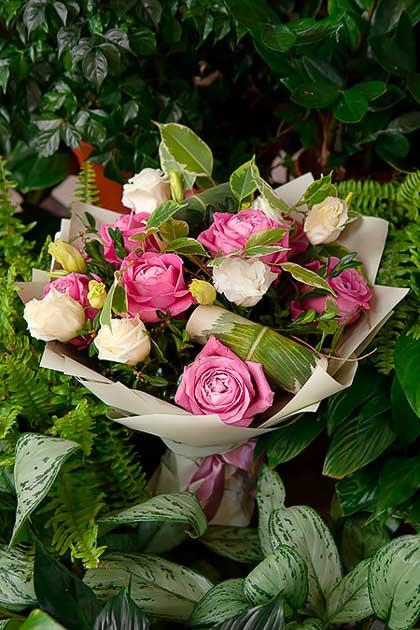 Букет из Розовой розы и Белого Лизиантуса в Цветом Крафте — planeta.florist