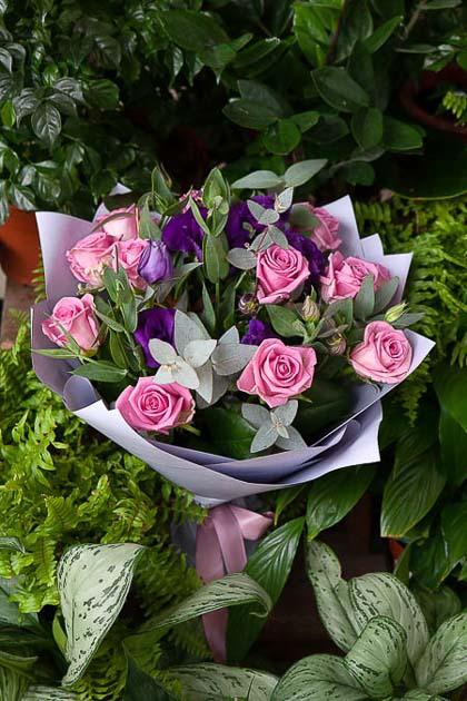 Букет из Розовой Розы и Синего Лизиантуса в Цветном Крафте - planeta.florist