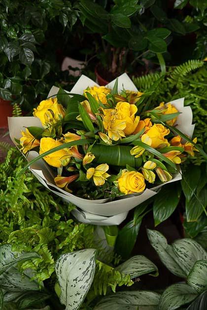 Букет из Желтых Роз и Желтой Альстромерии в Цветном Крафте - planeta.florist