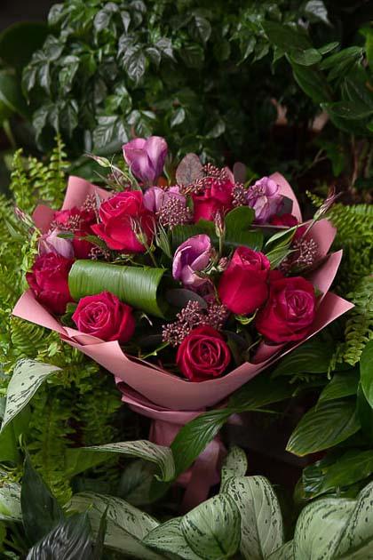 Букет из Малиновой Розы и Сиреневого Лизиантуса в Цветном Крафте - planeta.florist