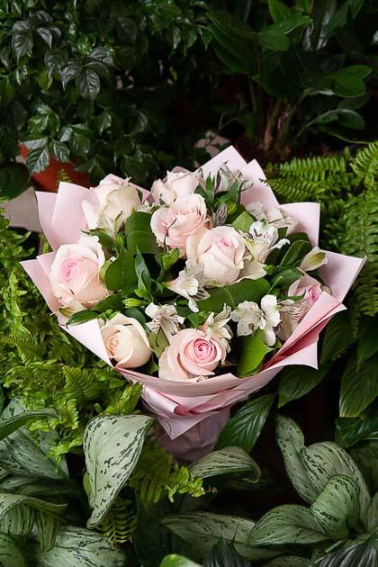 Букет из Розы Свит Аваланж и Белой Альстромерии в Цветном Крафте - planeta.florist