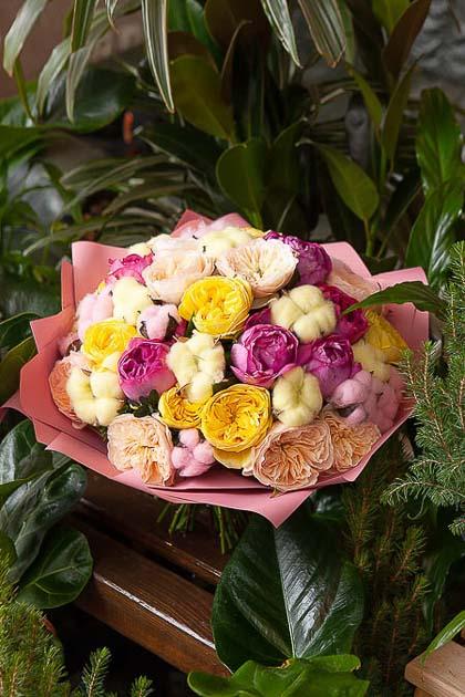 Букет из Пионовидной розы микс, Хлопка в Цветоном Крафте — planeta.florist