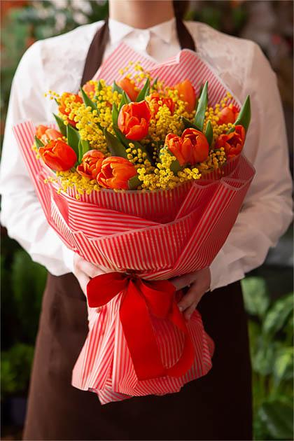 Букет из 15 Красных Тюльпанов и Мимозы Саратов