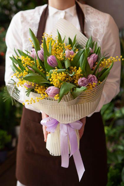 Букет из 15 Сиреневых Пионовидных Тюльпанов и Мимозы Саратов