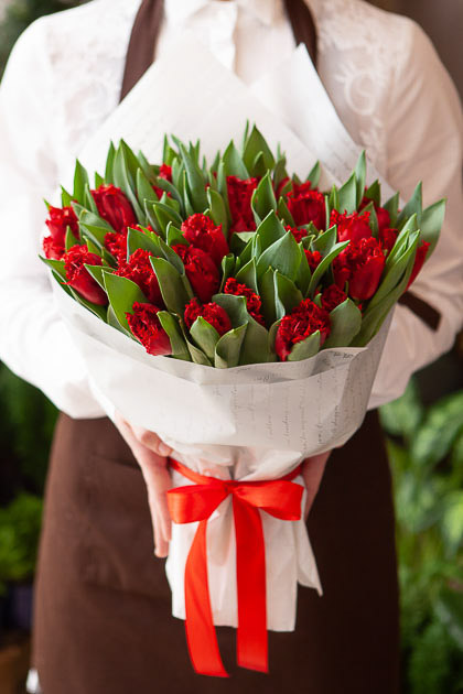 Букет Красных Пионовидных Тюльпанов в Белой упаковке Саратов