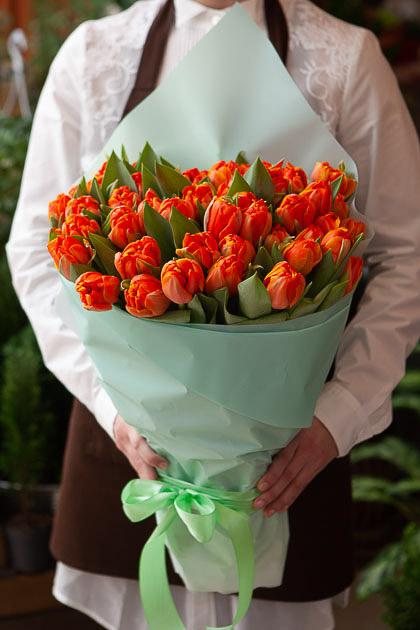 Букет Оранжевых Пионовидных Тюльпанов в Бирюзовой Упаковке Саратов