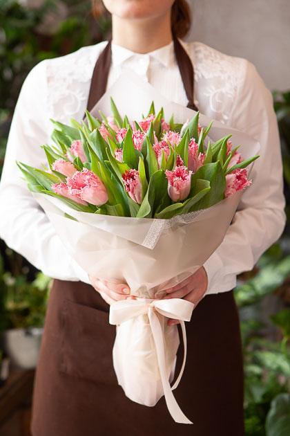 Букет Розовых Тюльпанов в Кремовой Упаковке Саратов