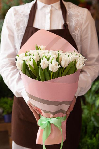 Букет Белых Тюльпанов в Розовой Упаковке Саратов
