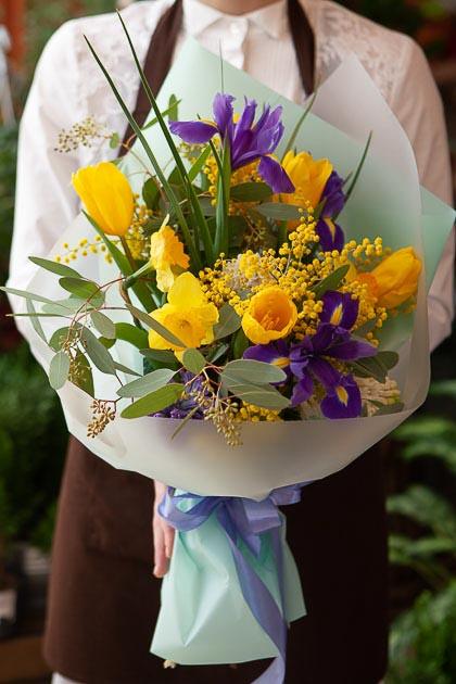 Букет Желтых Тюльпанов, Ирисов и Мимозы в Упаковке Саратов