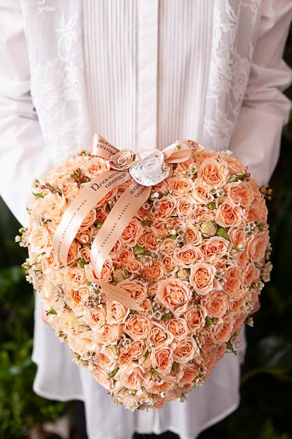 Цветы в Форме сердца из Кустовой Кремовой Розы на поддоне - Саратов