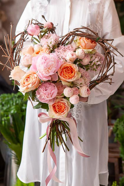Букет в Форме Сердца из Розовых Пионов, Кустовой Розы в Каркасе из Лозы - Саратов