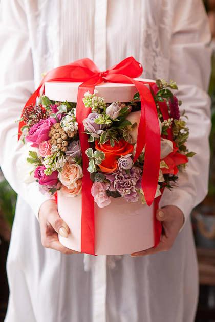 Цветы в Коробке - Белый Пион, Сирень Белая, Роза Кремовая, Гвоздика - Саратов