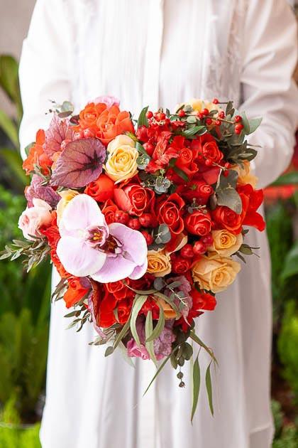 Букет в форме сердца из Красной Розы, Орхидеи, иАльстромерии и Илекса - Саратов