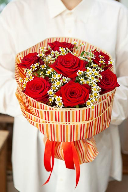 Букет из Красной Розы и Ромашки в Полосатой Матовой Упаковке Саратов