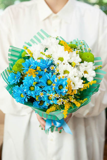 Букет из Синей Хризантемы, Белой Хризантемы и Ромашки Саратов
