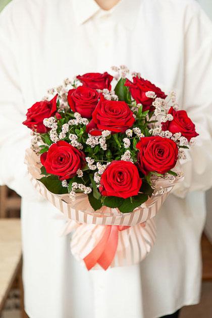 Букет из 9 Красных Роз, Лимониума Пинк в Матовой пленке Люкс Саратов