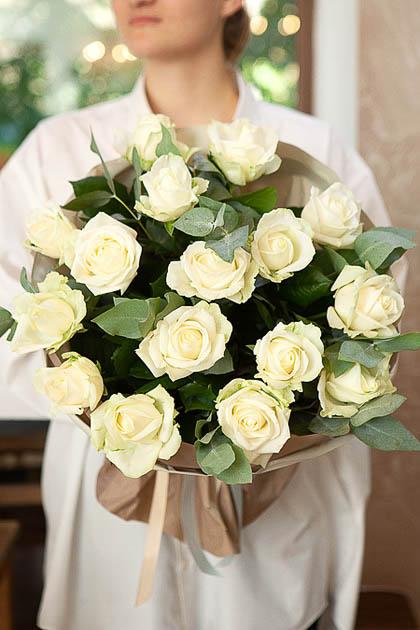Букет из 11 Белых Роз и Эвкалипта в Упаковке Саратов
