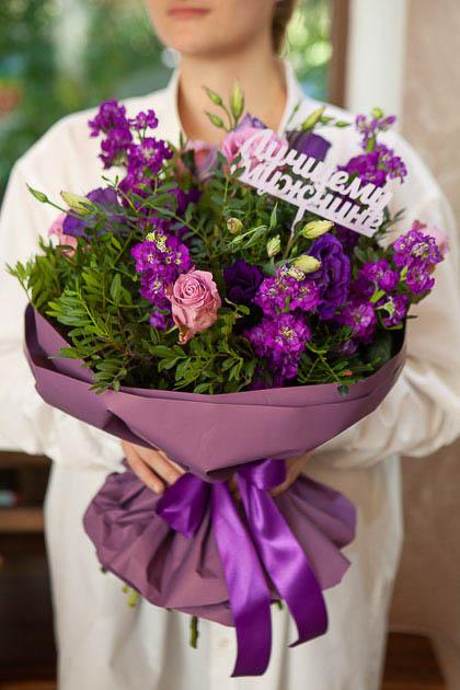 Букет для Мужчины из Роз и Фиолетовой Маттиолы в Упаковке Саратов