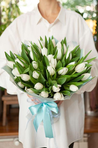 Букет 35 Белых Тюльпанов Роял Вёрджин в Упаковке Саратов