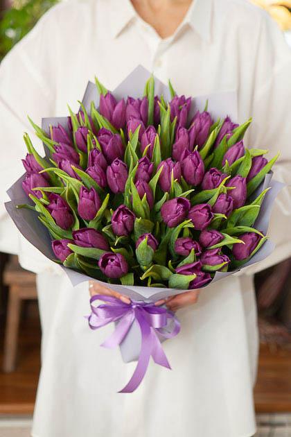 Букет 49 Фиолетовых Тюльпанов Пёрпл Принц в Упаковке Саратов