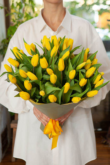 Букет 49 Желтых Тюльпанов Стронг Голд в Упаковке Саратов