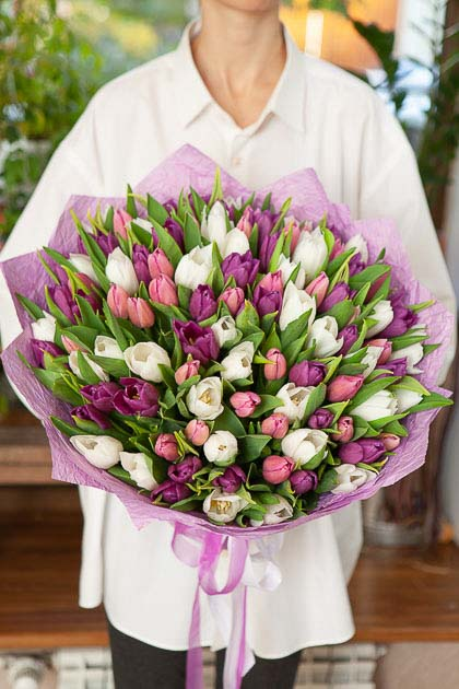 Букет 101 тюльпан Бело-Фиолетовый микс в Упаковке Саратов