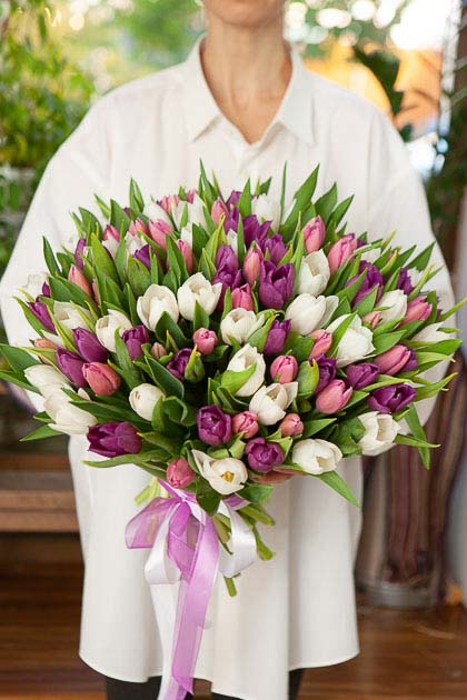Букет 101 тюльпан Бело-Фиолетовый микс Саратов