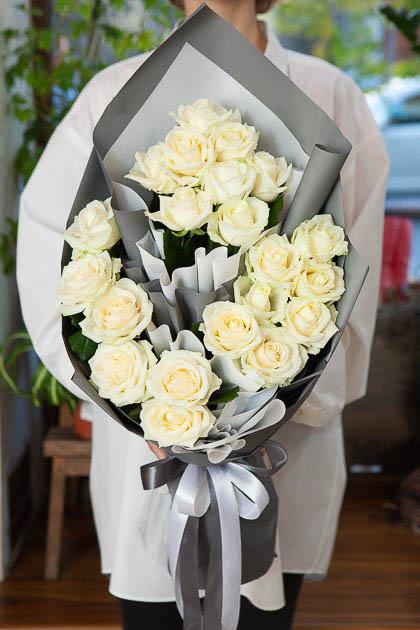 Букет из 21 Белой Розы в Ярусном Стиле Саратов